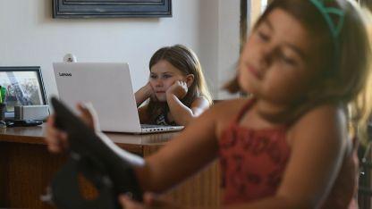 Pantallas. Los pequeños aprenden rápidamente a utilizar distintos dispositivos.