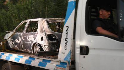 Así fue retirado del lugar del hecho, el Ford Fiesta, después de rescatar los restos quemados de un cuerpo en el interior.