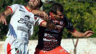 Pelea aérea. Dolci (5), de Huracán, va con el codo arriba ante Sánchez, del Cruzado. El Globo ganó bien.