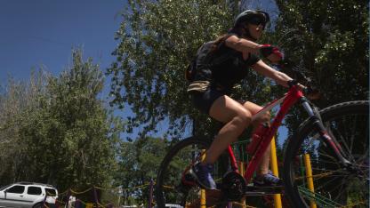 Ciclistas experimentados recomiendan circular en grupo, asegurar la bici y denunciar en caso de robo.