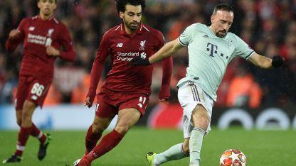Disputado. Salah persigue a Ribery por la pelota.