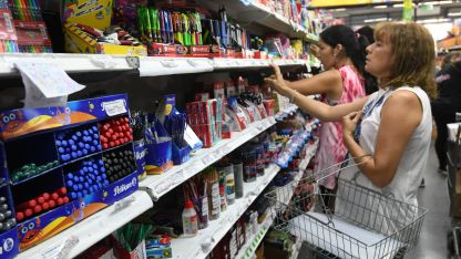 Por las góndolas. A 15 días del inicio de clases, varios padres ya están comprando y comparando precios de los útiles para sus hijos