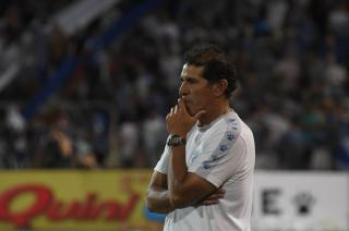 Preocupación. El DT Marcelo Gómez no encuentra el equipo ni el rumbo futbolístico de un Tomba que juega mal y pierde.