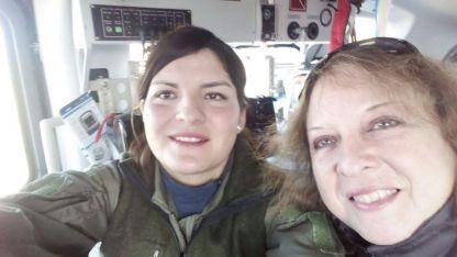 Lorena (izquierda),  junto a la medica de rescates de los helicópteros de la Policía.