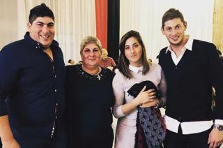 Emiliano Sala junto  a su familia.