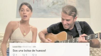"""La cantante Tini Stoessel se ríe en una publicidad de todo lo que le dicen los """"odiadores""""."""