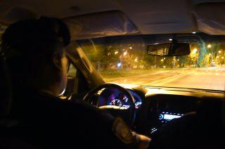 En un patrullaje de rutina una dupla policial recorre a solas las oscuras calles de piedemonte.
