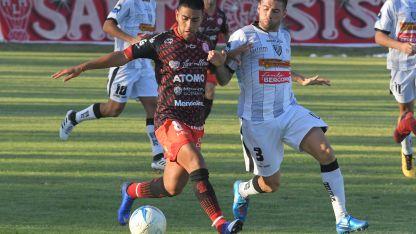 Hernán Gautier (8) intenta superar a la férrea marca de Manuel Morello (3). Huracán quedó último en la zona 2.
