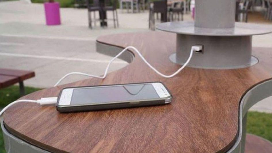 Esta es la razón por la que no tenés que usar puertos USB públicos para cargar tu celular