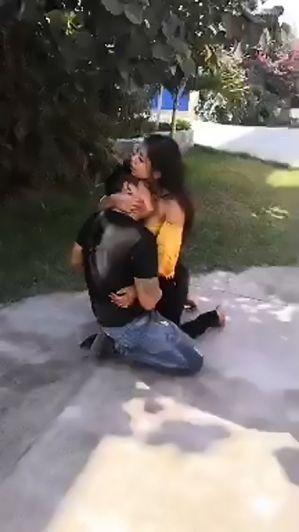 Le clavó un puñal a su novio y después le dijo