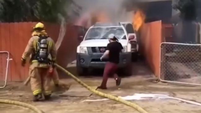 Viral: atravesó una casa envuelta en llamas para rescatar a su perra
