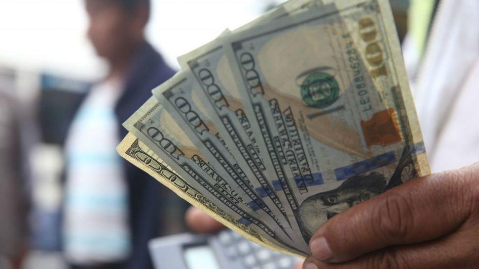 El dólar volvió a bajar y cerró a 41,76 tras el anuncio de Dujovne y otra suba de tasas