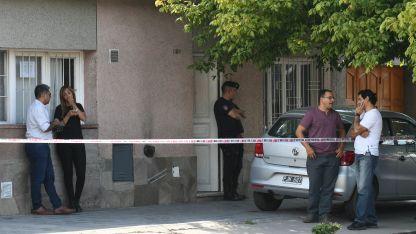 Dolor. Las inmediaciones de la casa de los fallecidos se llenó de polícias, peritos, familiares y vecinos
