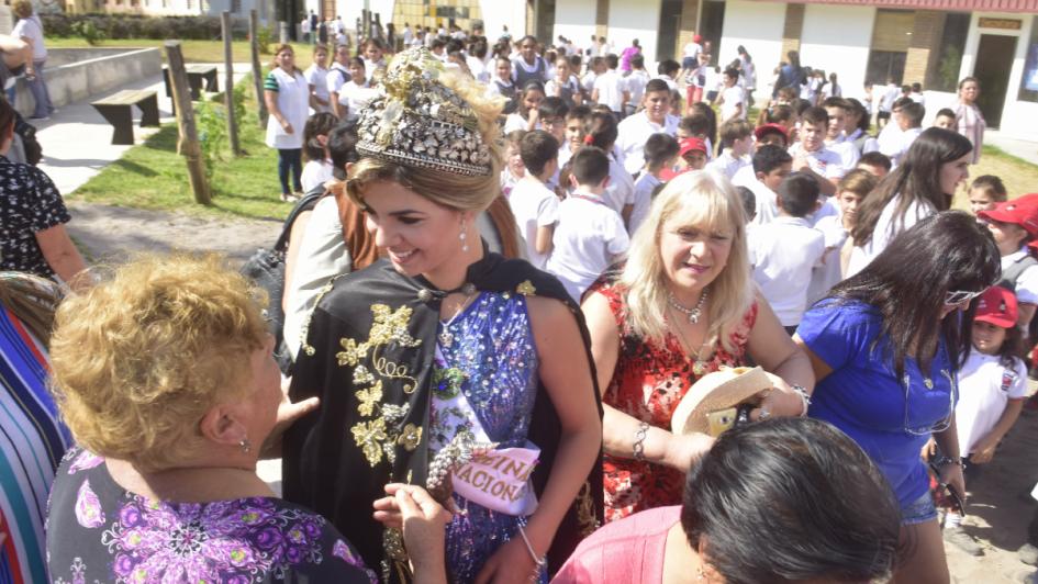 La reina fue recibida con honores por su San Carlos natal