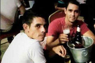 Los amigos brindando, meses antes del crimen.