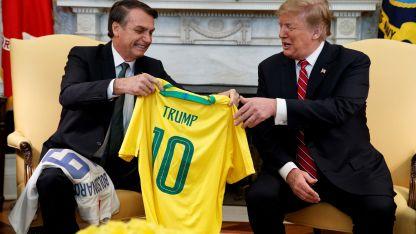 Bolsonaro le entregó a Trump la camiseta de la selección masculina de fútbol.