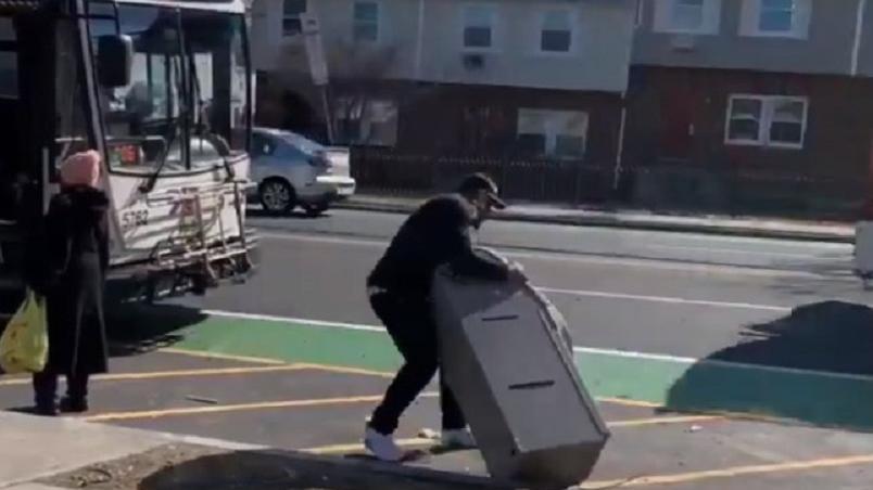 Un ladrón intenta huir en autobús y con un cajero automático