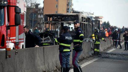 Vehículos de la Policía interceptaron al autobús en las afueras de Milán.