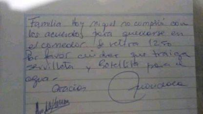 La directora mandó una nota a los alumnos que no llevaron botellita de agua.