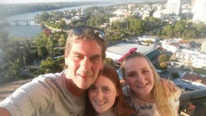 Las jóvenes se reencontraron con su padre en Villa Carlos Paz.