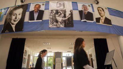 El partido ahora lo controla el Alberto, pero la imponente sede del PJ de San Luis todavía exhibe la foto del Adolfo, que fue desafiliado.