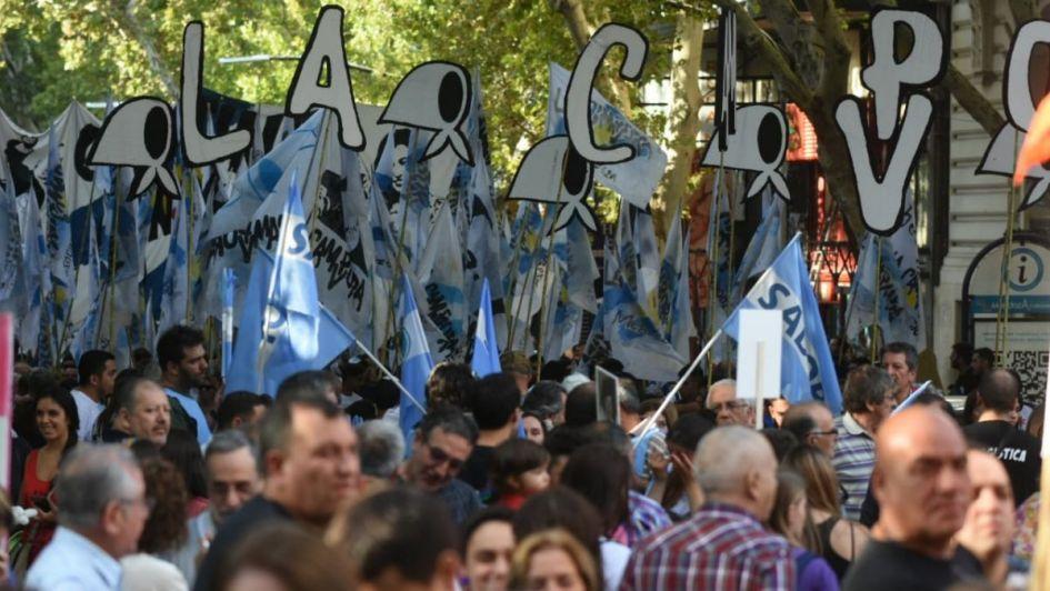 Una multitud marchó en Plaza Independencia por el Día de la Memoria