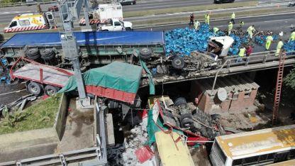 Siniestro. El tractor del camión que trasladaba cervezas cayó sobre un ómnibus estacionado abajo