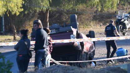 El final. La camioneta volcada después de una alocada carrera atropelló y mató a los policías.