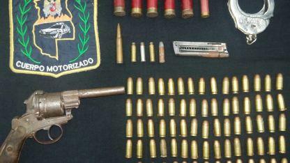Un arma. Y muchas municiones secuestradas tras el asalto.