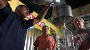 """""""El litro de aceite cuesta uno $ 40 y pueden llenar sus bidones"""", explicó Martín Federici, de La Joya."""