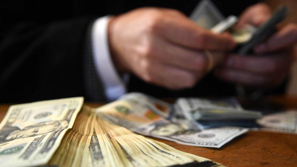 Imparable: el dólar sigue subiendo y superó la barrera de los $44