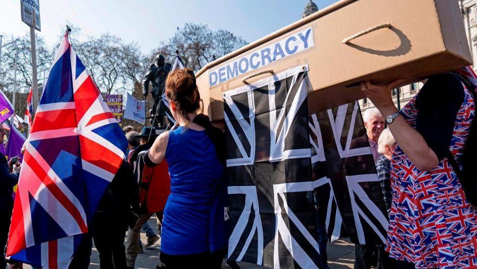 El Parlamento británico rechazó por tercera vez el Brexit y se agrava la crisis política