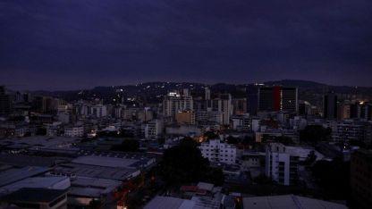 Caracas al atardecer de ayer. La gente salió a protestar ante los nuevos cortes.