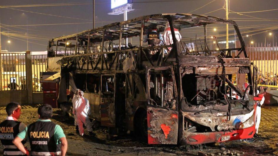 Al menos 20 muertos tras el incendio de un colectivo en una terminal de Lima