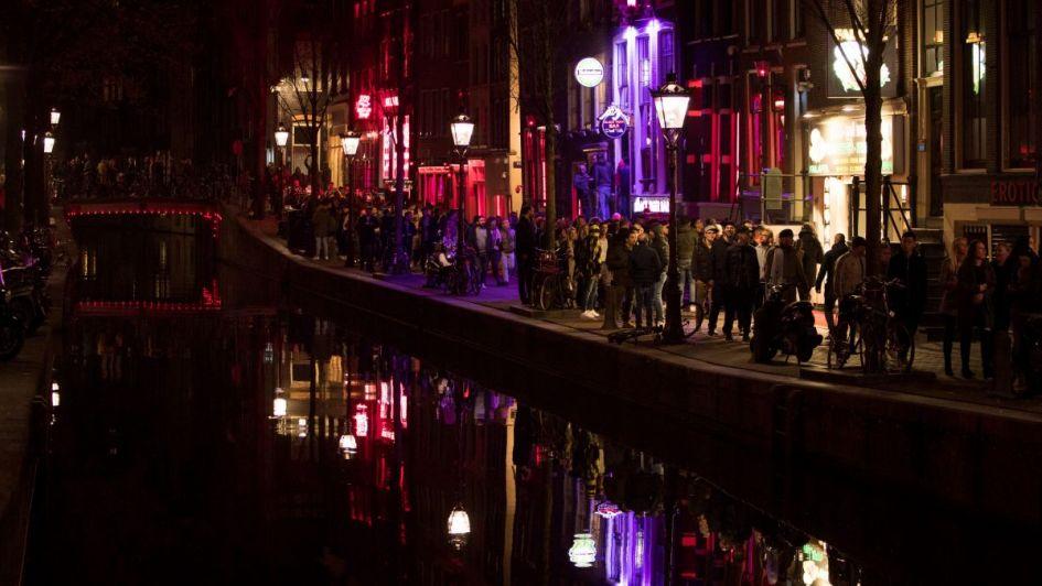 Ámsterdam: quieren prohibir los tours en la zona roja para evitar el desborde de turistas