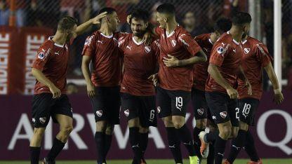 Juan Sanchez Miño es felicitado por sus compañeros tras marcar un golazo.