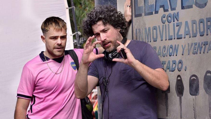 Polémica porque el ladrón caracterizado por Peter Lanzani en 4X4 usa la camiseta de Boca