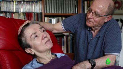 Enfermedad. Ángel Hernández junto a su esposa, María José Carrasco, a quien cuidó hasta sus últimas horas de vida.