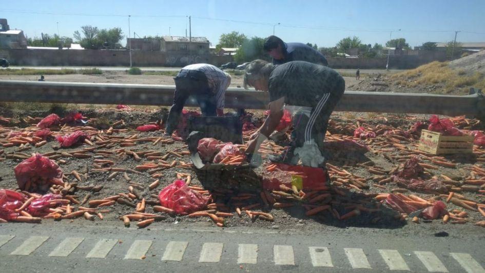 Caos en el Acceso Este: volcó un camión con zanahorias y tiró la carga en la ruta