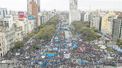 El presidente Mauricio Macri intenta evitar protestas sociales anunciando en breve un paquete de medidas económicas.
