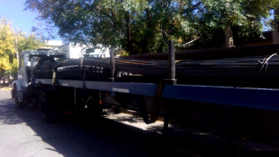 Secuestraron al chofer y robaron un camión con 4 millones de pesos en acero en Luján