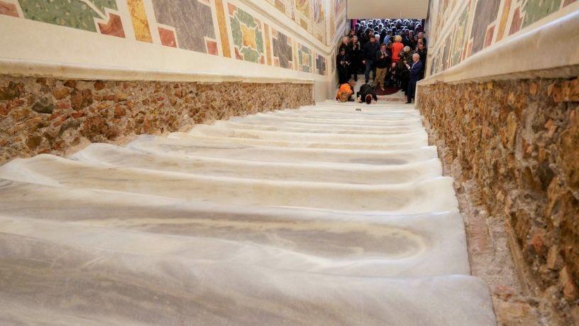 Exhiben la escalera por la que Cristo subió para comparecer ante Pilatos