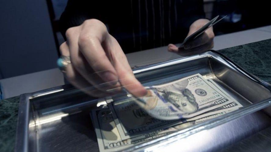 Dólar bajó a $43,90 y BCRA convalidó (leve) suba de tasa