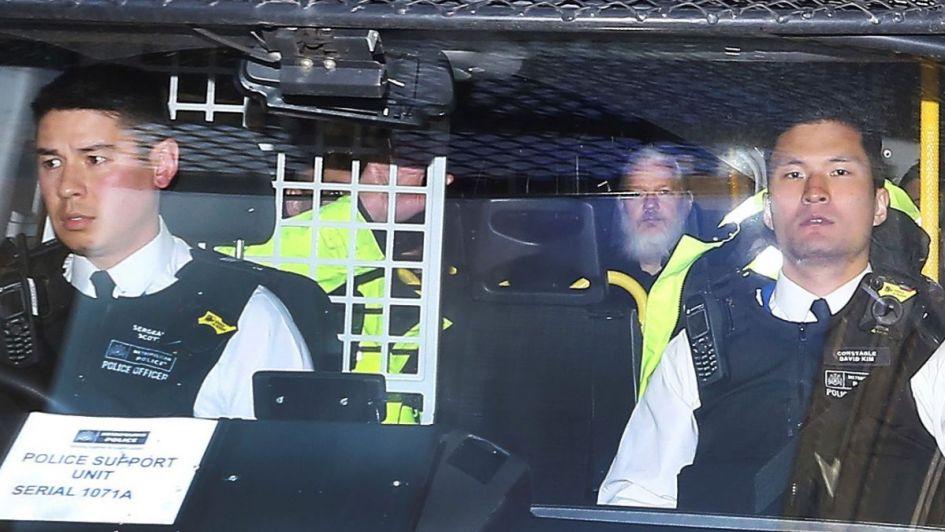 Sin protección, Assange enfrenta a la Justicia