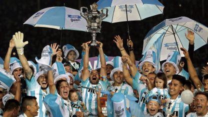 Gloria. Racing es el  último campeón de la  Superliga de Fútbol, que  en la próxima temporada tendrá un formato nuevo.