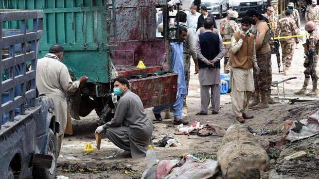 Atentado en un mercado paquistaní: explotó una bomba y hay 16 muertos