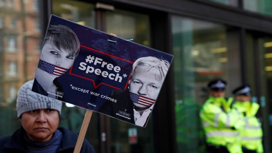 La vida de Assange asilado: pintadas con heces en las paredes y paseos semidesnudo