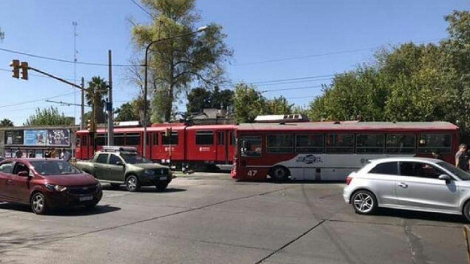 Un colectivo chocó contra el metrotranvía en Ciudad: 12 heridos y servicio suspendido
