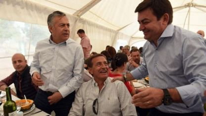Cornejo junto a los precandidatos a sucederlo, Suárez y De Marchi.