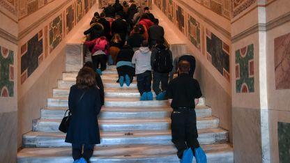 Visita. Cientos de fieles recorren las escalinatas que fueron restauradas durante dos años.